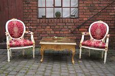 Deux imposants fauteuils blanc tissus rouge d'un château à Bordeaux
