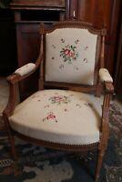 Large fauteuil en hêtre massif sculpté de style Louis XVI tapisserie au point