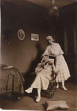 PHOTO ANCIENNE - VINTAGE SNAPSHOT - COUPLE DÉGUISEMENT LECTURE DRÔLE - FUNNY