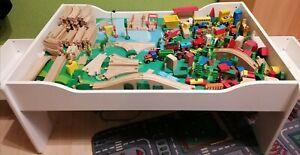Spieltisch aus Holz mit Schubladen und einer Holzeisenbahn und viel Zubehör