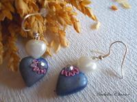 Orecchini pendenti con perle bianche e cuori blu fatti a mano in fimo