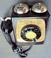 ancien téléphone mural d'atelier d'usine vintage industriel des années 50