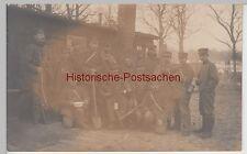 (F11062) Orig. Foto 1.WK Soldaten an Baracke, mit Schaufel, Hacke, Gasmaske, Lei