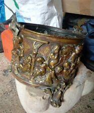 Beau cache pot laiton repousse ancien avec fond en bois petits accident