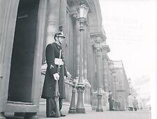 PARIS c. 1955 - Garde Républicain en Faction devant l'Élysée - DIV 9609