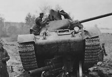WWII photo Soviet T-34 tank, crushed German howitzer 51e