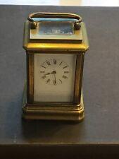 Un pequeño carro Reloj de latón antiguo