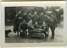 PHOTO ANCIENNE - MILITAIRE GROUPE WW2 VOITURE À PÉDALES HUMOUR -Vintage Snapshot