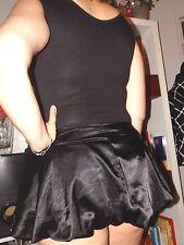 Super sexy cette petite robe de soirée noire, satin et pierres, taille 38