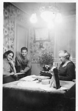 DR420 Photographie Photo vintage Snapshot groupe lustre lumière lamp light intér