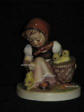 """Goebel Hummel 57/0 """"Kükenmütterchen"""", Mädchen mit drei Küken Chick"""