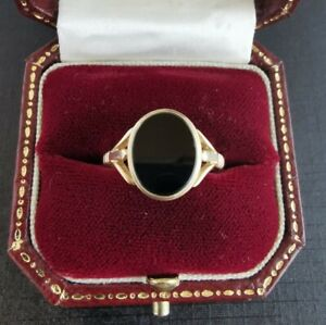 A Stylish 9ct Gold And Onyx Ring Size S