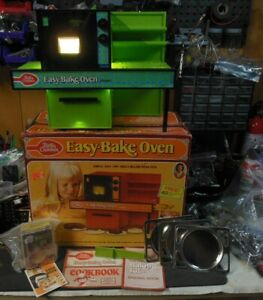 Early 1973 Green Easy Bake Oven w/ Original Box, Pans, Mixes, Paperwork NICE!