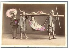 Japon, Chaise à porteurs  Vintage albumen print.  Tirage albuminé aquarellé