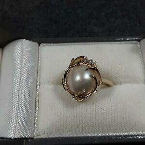 14K Yellow Gold Mabe Pearl with 3 Accent Diamonds  Ring Size 7.  3.5 g