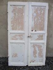 porte en bois sapin ancienne double battants de placard de bistrot .
