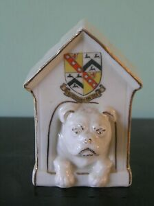 """A CRESTED CHINA DOG IN KENNEL: BURNHAM-ON-SEA CREST: 3.75"""" TALL: VG CONDITION"""