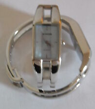 Superbe montre pour femme avec bracelet métal réglable fermé par un clip