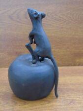 SOURIS EN BRONZE, statue d une souris sur pomme en bronze  .