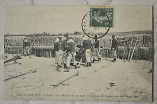 """CPA """" Camp de CHALONS - Mortier de 220 rayé - Chargement de l'obus de 93 kg"""
