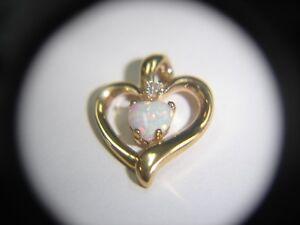 10K Oro Amarillo Colgante Forma Corazón con Blanco Ópalo de Fuego 501-G