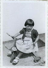 PHOTO ANCIENNE - VINTAGE SNAPSHOT - VÉLO BICYCLETTE TRICYCLE FILLE MODE GRIMACE