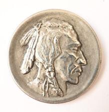 Un bouton ancien en métal blanc indien d'Amérique Sioux Comanche