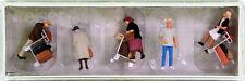 Preiser 10459 – Reisende mit Kofferkulis, 5 Figuren + Zubehör