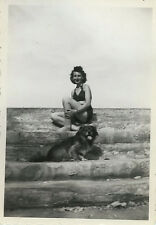 PHOTO ANCIENNE - VINTAGE SNAPSHOT - FEMME SEXY PIN UP CHIEN DRÔLE - WOMAN DOG