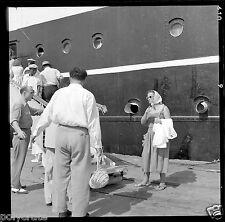 Paquebot bateau embarquement passerelle - Négatif photo ancien an 1950-60
