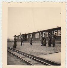(F847) Orig. Foto Wehrmacht-Offiziere am Bahngleis, Schmalspur, 1940er
