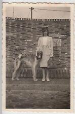 (F17315) Orig. Foto Frau Irma Breede mit Hund in Wesermünde 1941