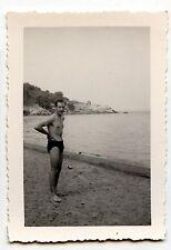 Jeune homme bord de mer plage - photo ancienne an. 1938