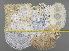 Lot de 15 anciens napperons brodés et dentelle en tissu déco vintage