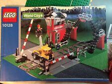2003 LEGO WORLD CITY # 10128 TRAIN LEVEL CROSSING (325 PIECES)