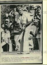 1975 Press Photo Golfer Gay Brewer putts at Canadian Open Golf Championship
