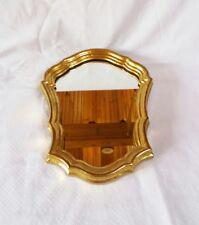 Un miroir avec cadre doré.