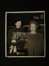 1962 Candid Bette Davis Rosalind Russell VINTAGE PHOTO 561C