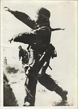 PHOTO DE PRESSE LAPI + déc 1942 + Des soldats allemands lancent des grenades