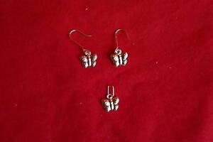 Parure en Or - Une paire de boucles d'oreilles et un pendentif