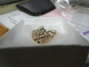 BLACK HILLS GOLD RING, SIZE 3.5, 10kt, TWO LEAVES AND ONE GRAPE CLUSTER