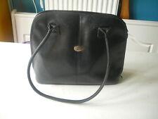 sac à main Erbé  en cuir  noir vintage porté épaule