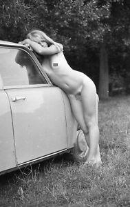 A.  NEGATIV Junge nackte Frau posiert neben Trabant  1960/70er  ca. 24 x 36 mm