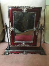 Hermoso Espejo Swing de mesa muy recargado esmalte rojo oscuro, perlas de imitación y Metal