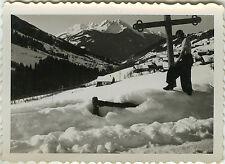 PHOTO ANCIENNE - VINTAGE SNAPSHOT - MONTAGNE NEIGE CALVAIRE DRÔLE -MOUNTAIN SNOW
