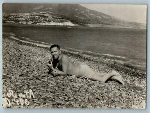 1940 SHIRTLESS BEACH MAN Smoking PIPE Muscle bulge Sea Gay Int Vintage Photo