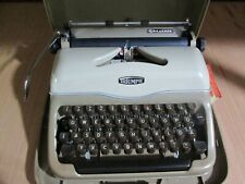 1958 VINTAGE TRIUMPH GABRIELE PORTABLE TYPEWRITER WITH CARRY CASE