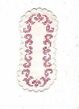 napperon ancien en coton brodé main de points de croix rouges entouré de festons