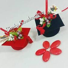Portaconfetti aprifesta tocco laurea con nappina fiori bacche e peperoncino