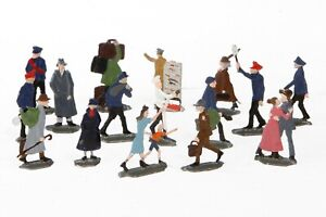 AC1909: Vintage German O Gauge Tin Railway Passenger Figures (16)